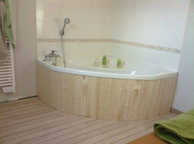 baignoire avec tablier de décoration