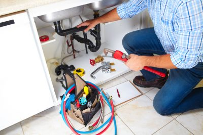 plombier qui dépanne un appareil sanitaire