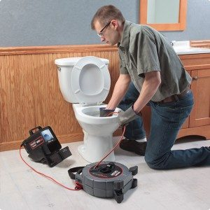 déboucheur qui débouche une toilette bouchée
