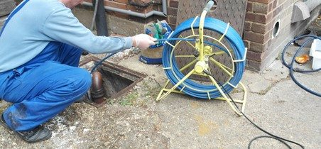 Plombier inspecte une canalisation avec une caméra d'inspection