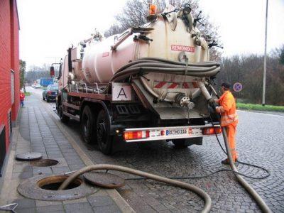 Plombier débouche une canalisation avec une camion de pompage