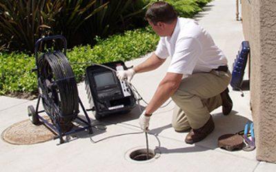 Avec une caméra d'inspection le daboucheur inspecte une conduite eau