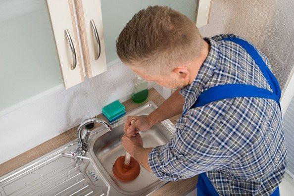 Déboucher debouche un évier cuisine avec une ventouse