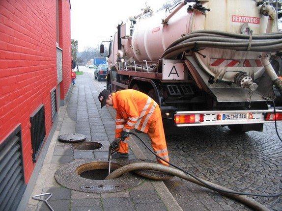 Avec un camion de pompage le déboucheur evacue une canalisation bouchée