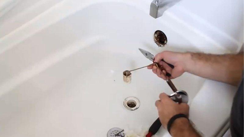Avec un furet le déboucheur débouche une douche
