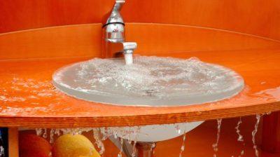 Lavabo qui coule car le robinet est cassé