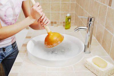 Débouchage du lavabo avec une ventouse