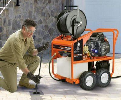 Avec une caméra d'inspection le déboucheur inspecte une canalisation