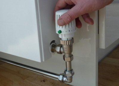 Chauffagiste régle la température du radiateur