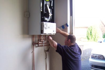 Chauffagiste répare le chauffe eau