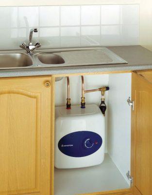 Nouveau model du chauffe eau placé sous l'évier de la cuisine