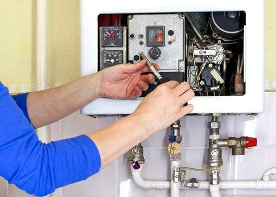Le chauffagiste répare la chaudière Bulex