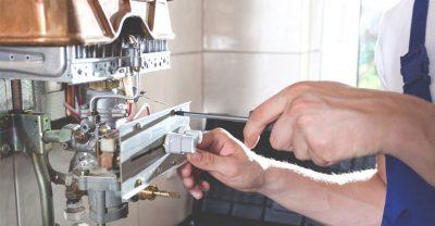 L chauffagiste répare le système d'allumage du boiler