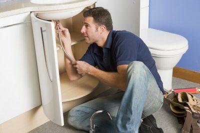 Plombier répare la tuyauterie du lavabo