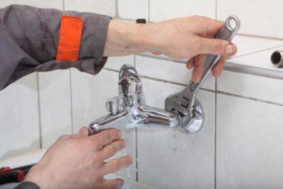 Plombier répare une robniet qui coule
