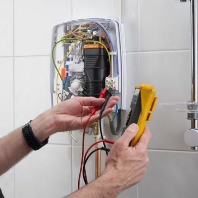 Plombier répare les raccordements
