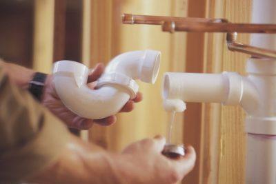 Plombier répare la tuyautere