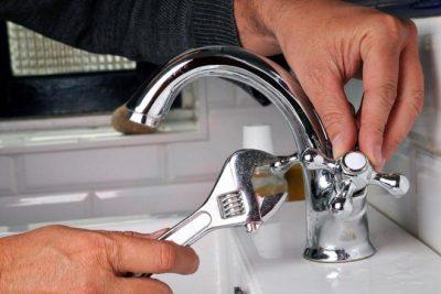 Plombier répare un robinet qui fuit