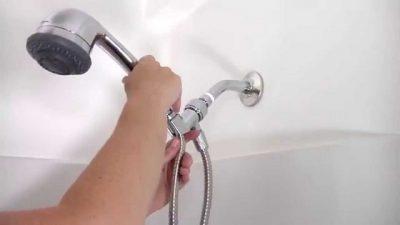 Plombier pose la douche et vérifie les raccordements