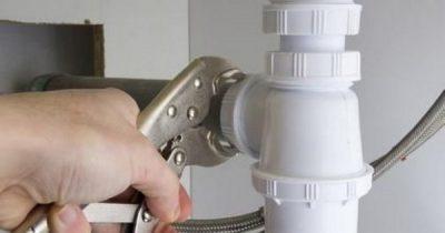 Plombier répare une canalisation
