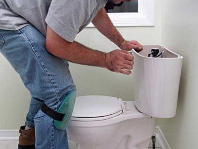 Plombier répare Le WC