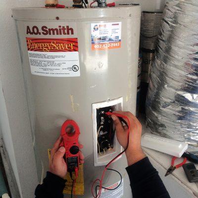 chauffagiste fait un entretien chauffe eau gaz