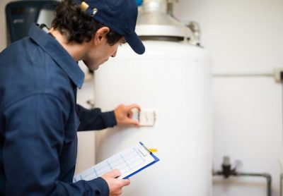 chauffagiste qui inspecte le chauffe eau