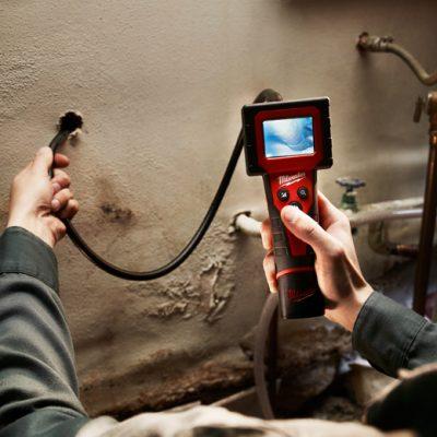 expert qui inspecte la canalisation avec une caméra