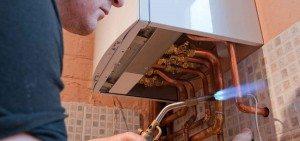 chauffagiste répare la chaudière