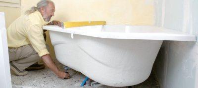 plombier qui installe une baignoire
