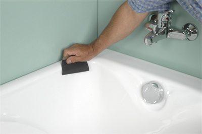 plombier qui répare une baignoire
