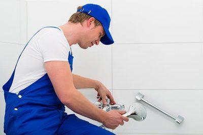 plombier qui répare la douche
