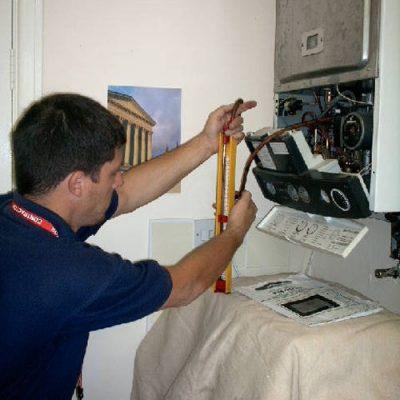 chauffagiste qui répare une chaudière